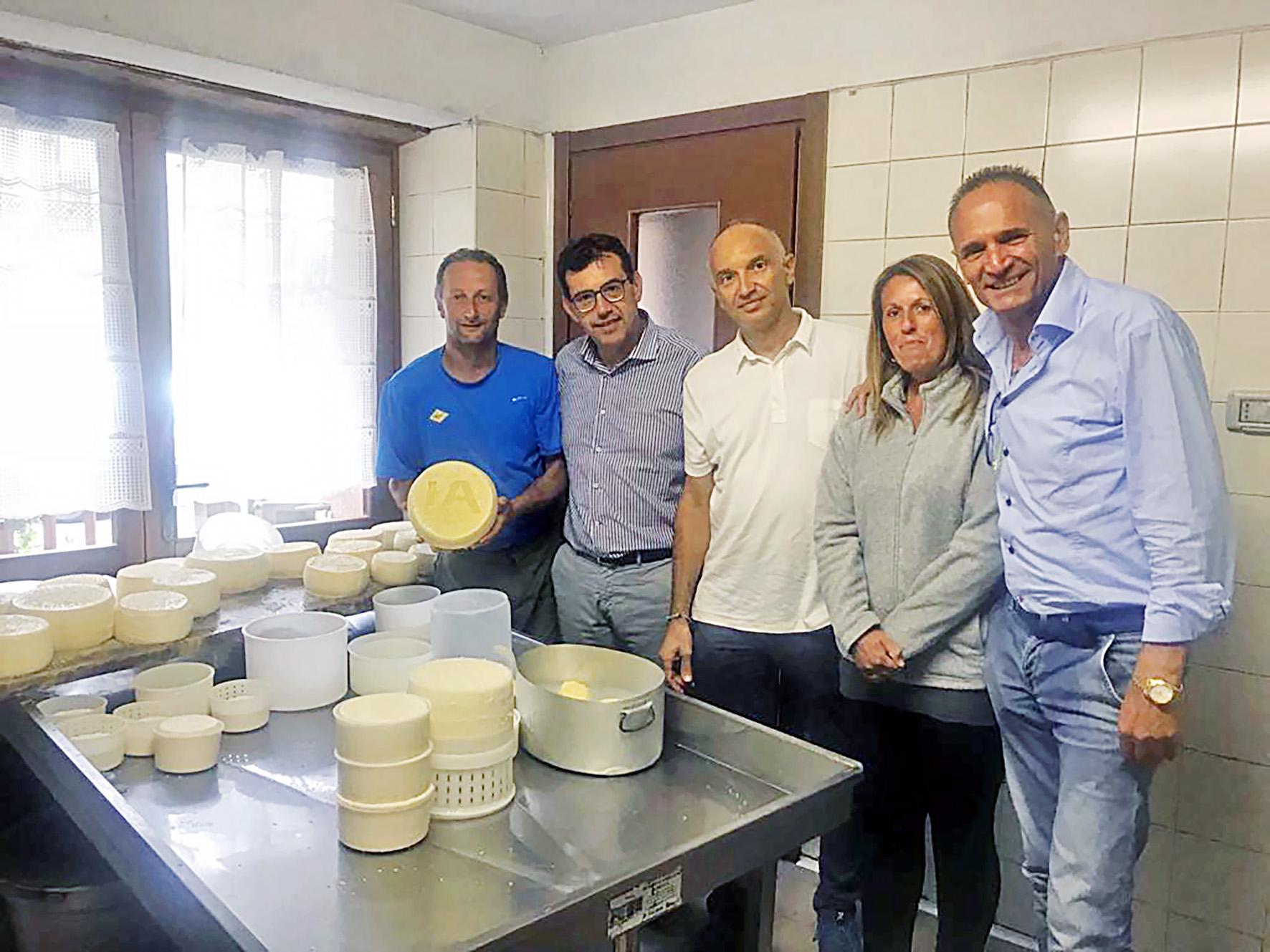 La delegazione di Confagricoltura Cuneo nel laboratorio di caseificazione di Andrea Lando e della moglie