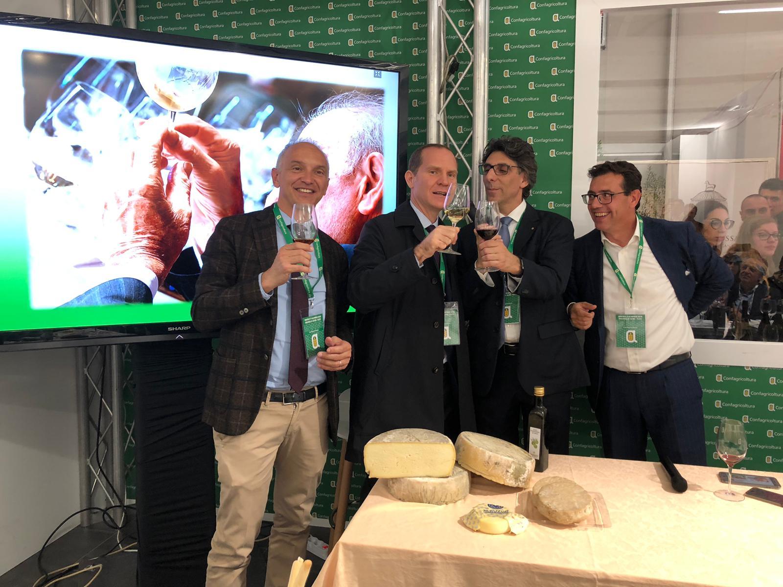 Il presidente Giansanti brinda nello stand di Confagricoltura Piemonte con Enrico Allasia (Pres. Confagricoltura Piemonte), Ercole Zuccaro (Dir. Confagricoltura Torino) e Roberto Abellonio (Dir. Confagricoltura Cuneo)